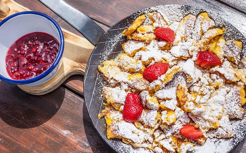 Ciasa Brüscia ed and breakfast padella con dolce tipico Kaisersmarren e marmellata