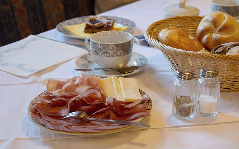Ciasa Brüscia bed and breakfast speck, cheese and bread